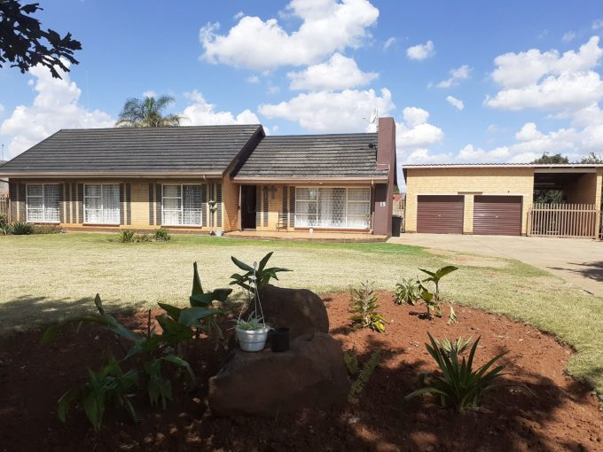 3 BEDROOM HOUSE, POOL AND BIG YARD FOR SALE