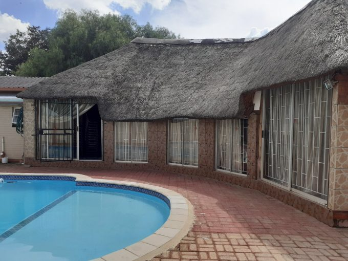 4 BEDROOM HOUSE WITH A POOL AND FLAT FOR SALE